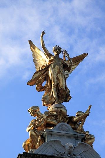 Второй ангел, смотрящий на букингемский дворец - ангел правды лондон, великобритания